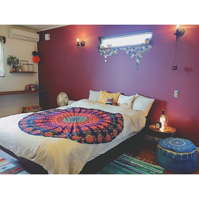 赤の壁色で可愛いイメージを彩るお部屋
