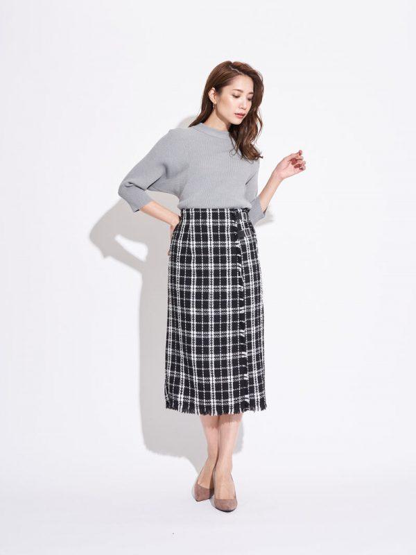 チェック柄のタイトスカート