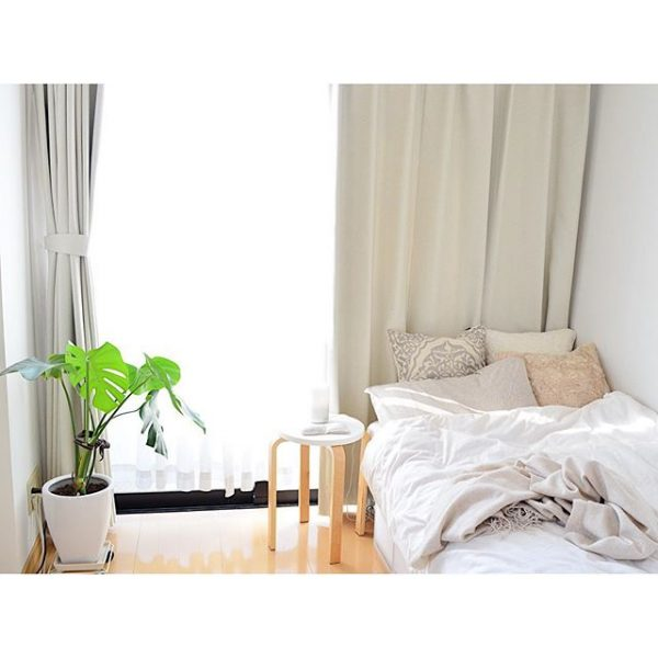 窓に対して垂直にベッドを配置する