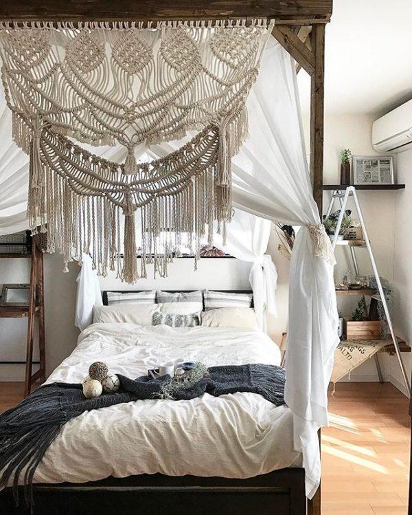天蓋の下にベッドを配置する