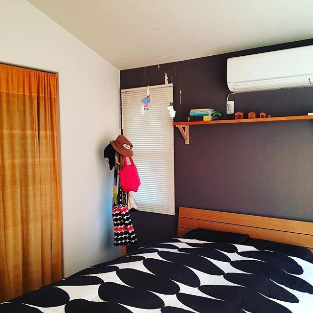 部屋を温かくしてくれる暖色カーテン