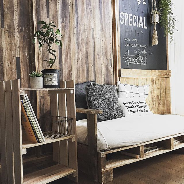 お部屋に馴染みやすい木材の温かみある壁の色