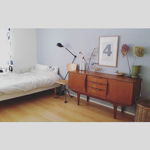 ベッド横に家具を配置したインテリア実例