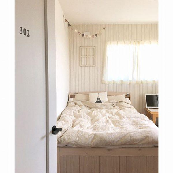 入口の目の前にベッドを配置する