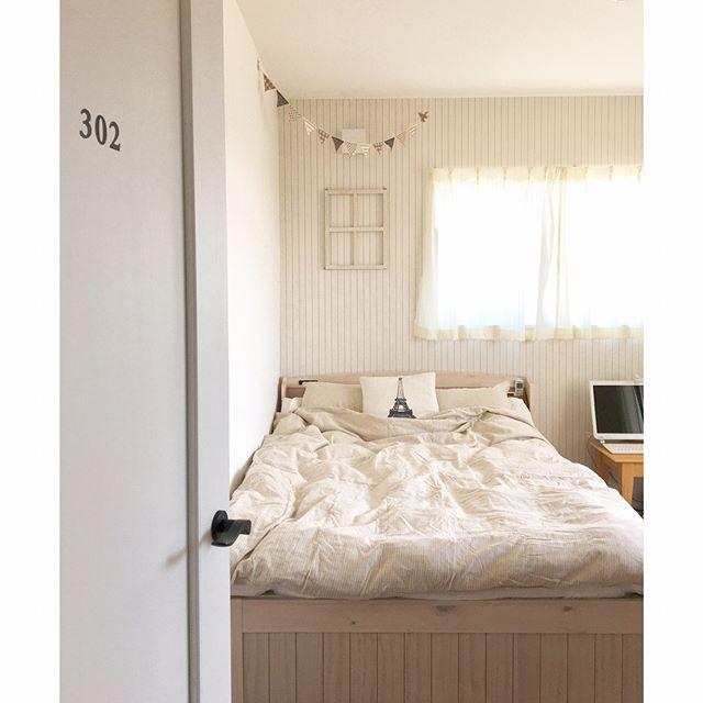 入り口すぐにベッドがあるインテリアの配置実例