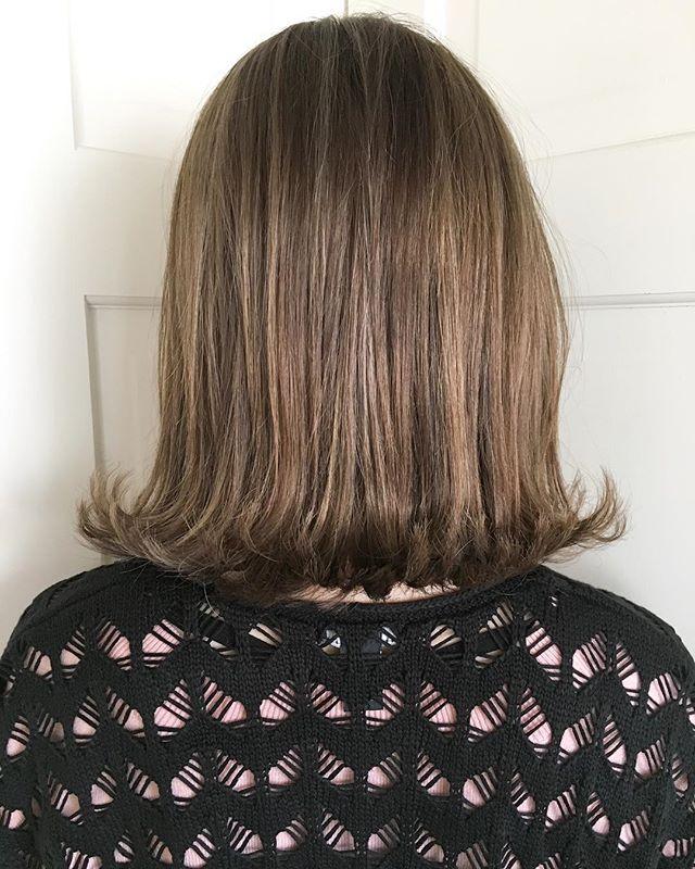 ウェットな質感のミディアムヘア