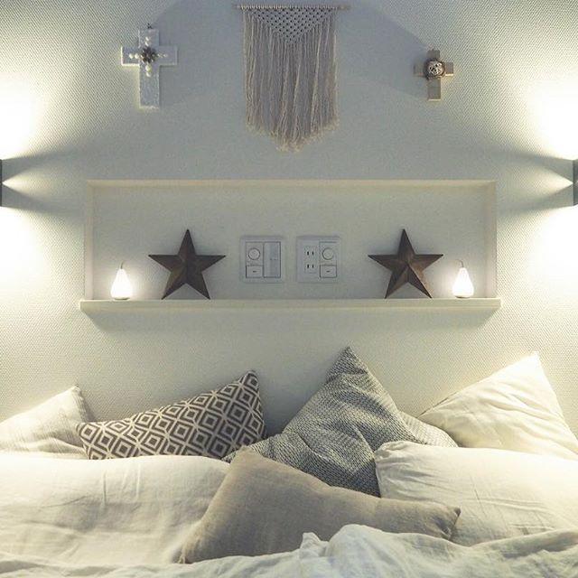 ベッド頭上に棚を配置したインテリア実例