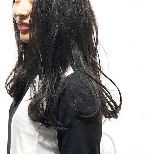 白肌が引き立つブラックヘア
