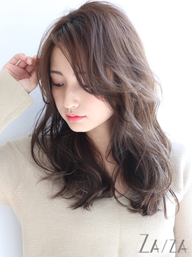 大人女性ムードを高めるサイド流し前髪