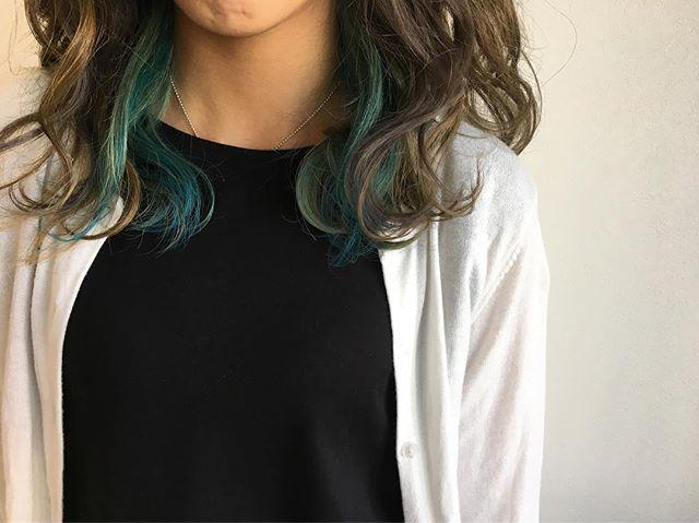 アッシュグレージュ×青寄りの緑