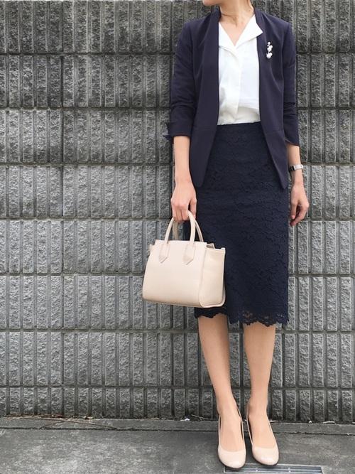 紺ジャケット×紺レーススカートのママコーデ