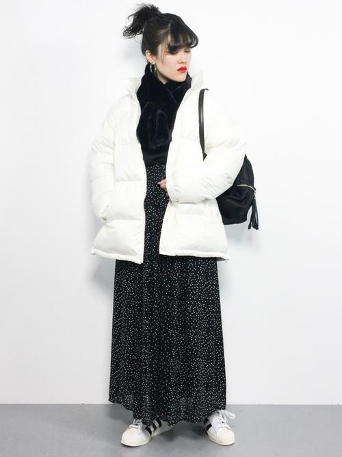 白ダウン×黒マフラーの冬レディースコーデ