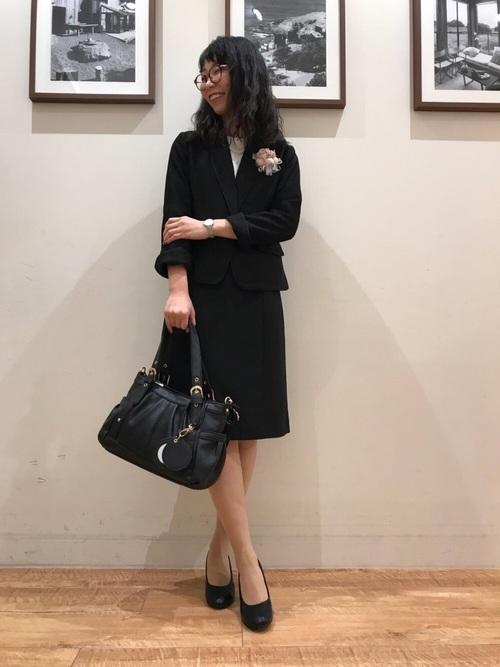 黒スカートスーツ×コサージュのママコーデ