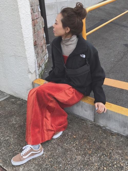 ニット×オレンジジャンパースカートの冬コーデ