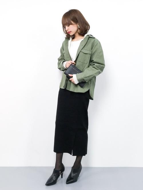 カーキアウター×黒タイトスカートの冬コーデ
