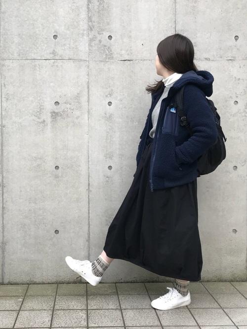 紺ジャケット×黒ロングスカートの冬コーデ