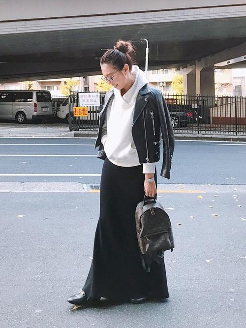黒リュック×黒ロングスカートの冬コーデ