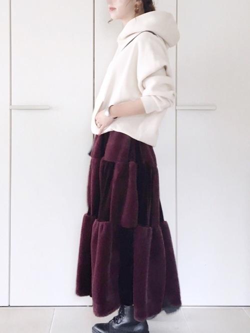 赤ベロアスカート×白パーカー