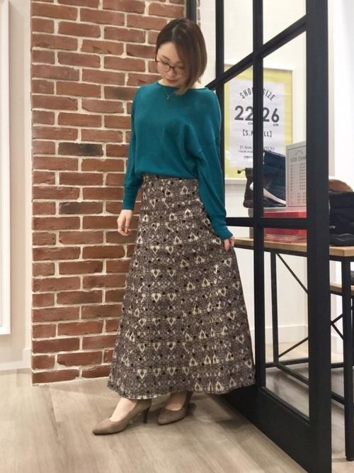 緑ニット×柄ロングスカート