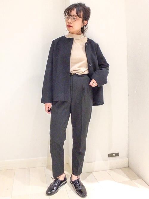 黒ウールジャケット×黒パンツのママコーデ