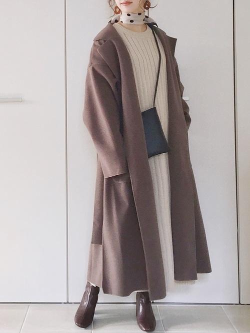 茶色コート×白ニットワンピースの冬コーデ