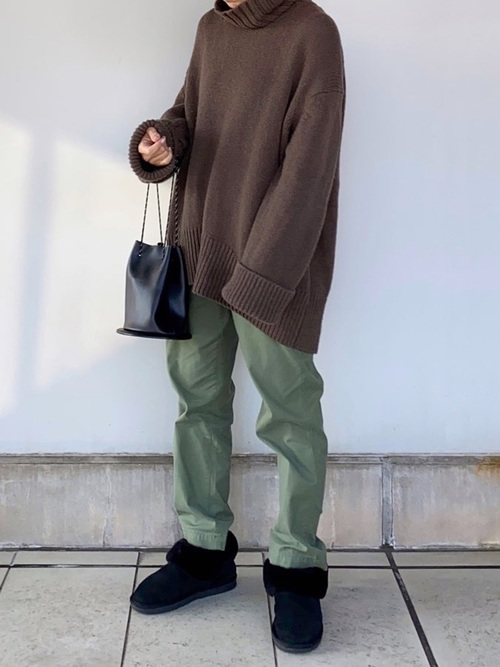 黒ムートンブーツ×緑パンツ