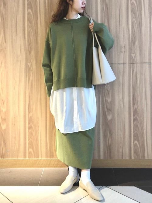 緑セットアップ×白ローファーの冬コーデ