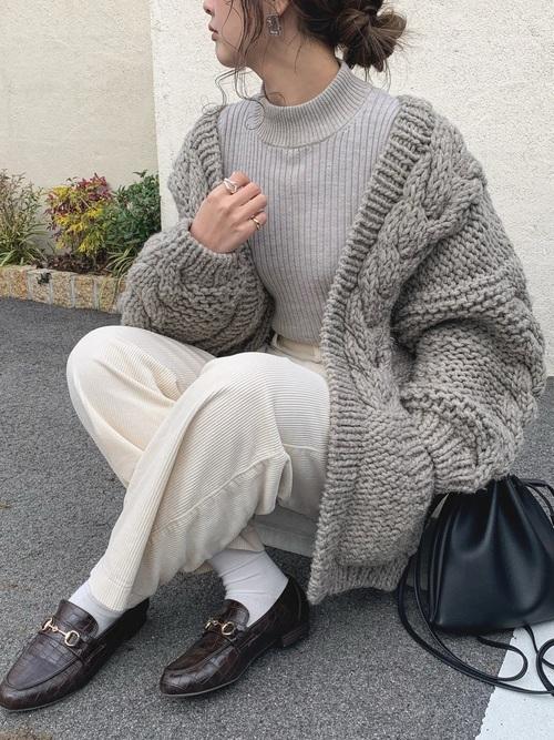 ベージュリブニット×白パンツの冬コーデ