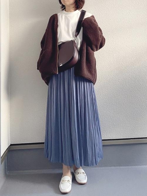 青プリーツスカート×白ローファーの冬コーデ