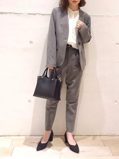 グレーパンツスーツ×白シャツのママコーデ