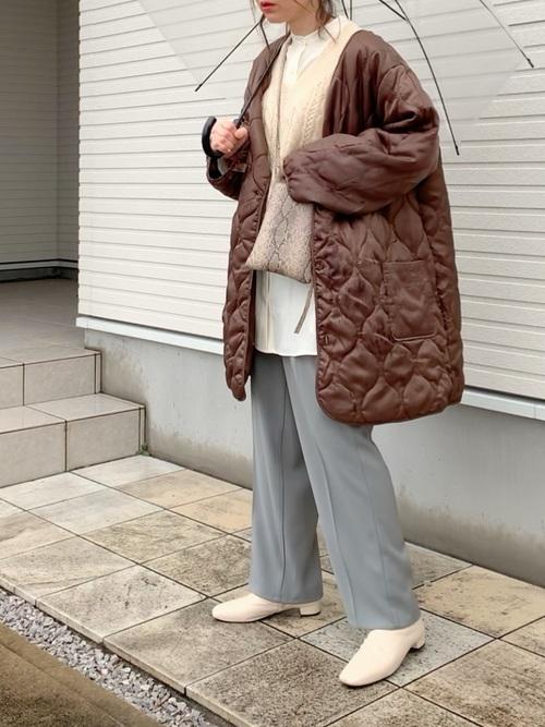 茶色キルティングコート×水色パンツコーデ
