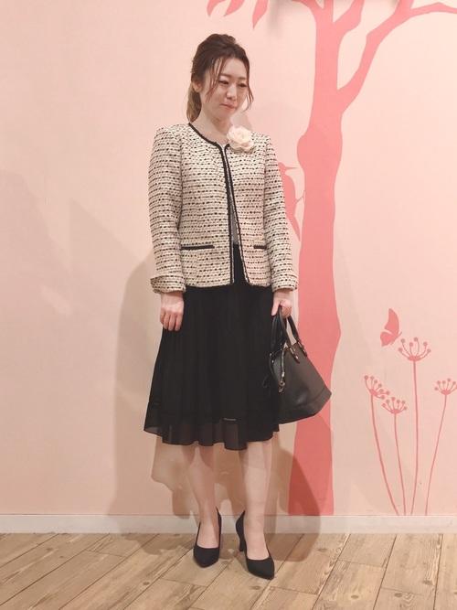 ピンクジャケット×黒スカートのママコーデ