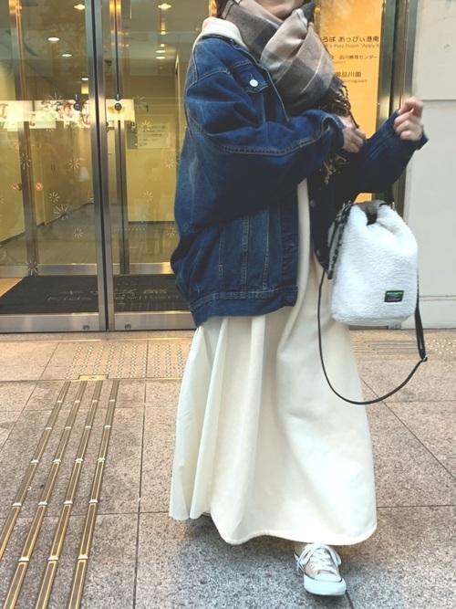 Gジャン×白ロング丈ワンピースの冬コーデ