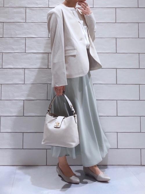 ベージュジャケット×緑スカートのママコーデ
