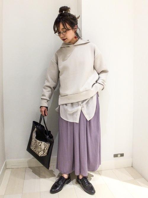 レースアップシューズ×紫スカート