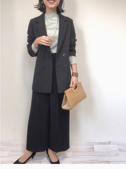 黒ジャケット×黒ワイドパンツのママコーデ