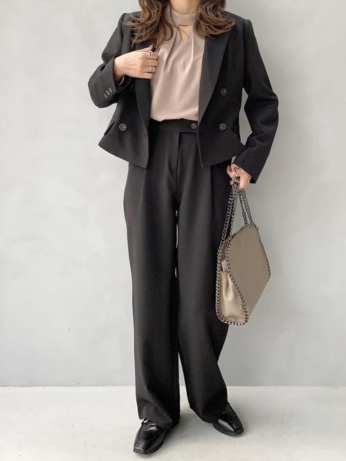 黒パンツスーツ×ブラウスのママコーデ