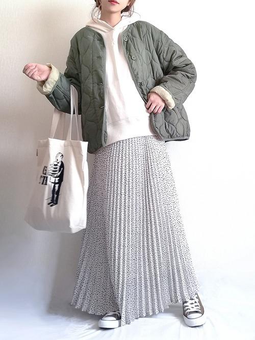 カーキアウター×プリーツスカートの冬コーデ