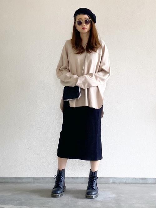ベージュトップス×黒スカートの40代コーデ
