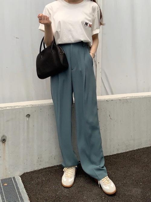 白Tシャツ×水色タックパンツコーデ