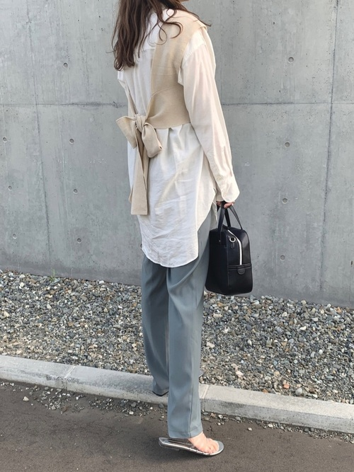 白ロングシャツ×水色パンツコーデ