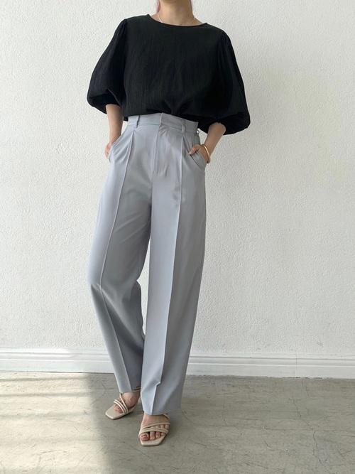黒ボリューム袖トップス×水色パンツコーデ