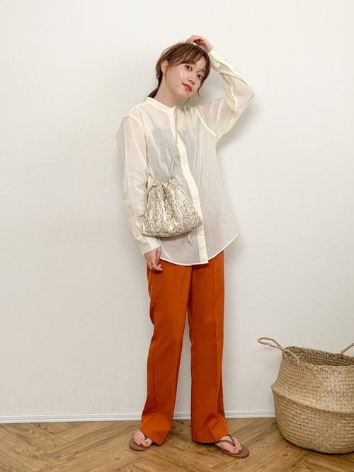 シアーシャツ×オレンジパンツの40代コーデ