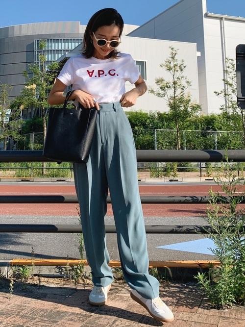 ロゴTシャツ×水色タックパンツコーデ