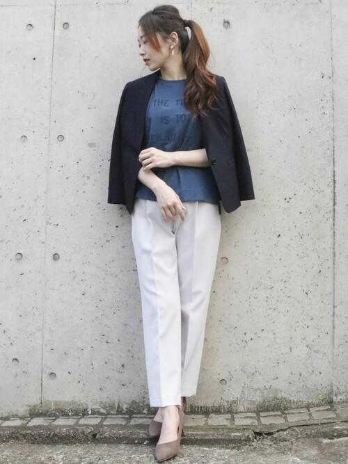 紺ジャケット×白パンツの面接コーデ