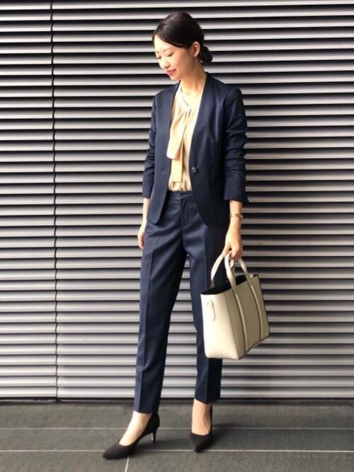 紺スーツ×ベージュブラウスの面接コーデ