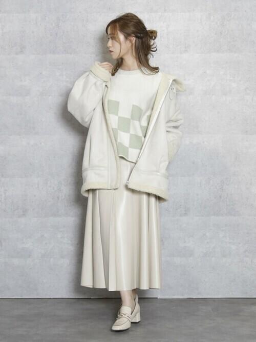 レザースカート白ローファーコーデ