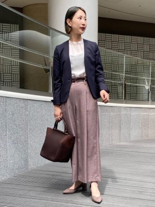 紺ジャケット×紫パンツの面接コーデ