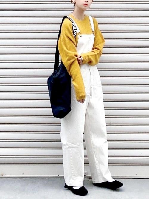 黄色ニット×白サロペットの40代コーデ