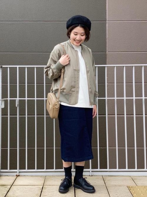 カーキアウター×紺タイトスカートの冬コーデ
